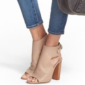Vince Addie Sandal in Taupe Leather
